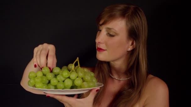 eszik zöld szőlő nő