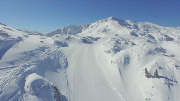 Lyžař lyžování lyžařského svahu v horách