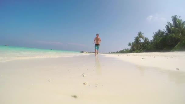 Muž na exotické pláži