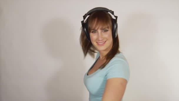 Veselá žena, tanec a točí se sluchátky