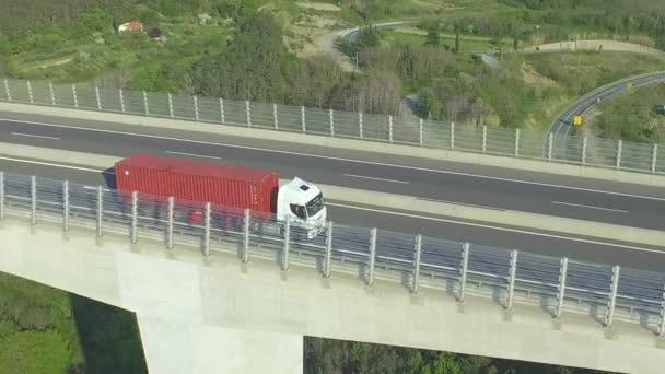 Anténa: Kontejner nákladních aut nad dálniční viadukt