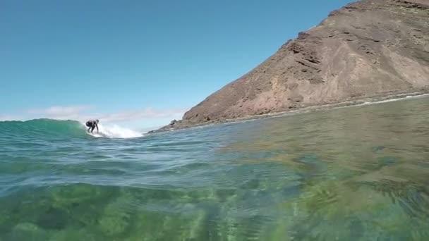 Lassú mozgás: Szörfös lány szörfözés hullám, fényképezőgép, a víz felszínén