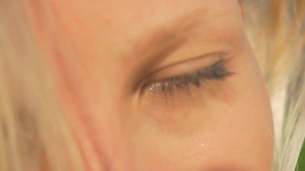 Zblízka: Krásná mladá žena se zelenýma očima se smíchem