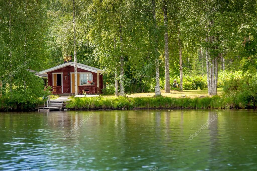 chalet au bord du lac en finlande rurale photo 53980341
