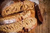 čerstvý žitný chléb s nožem