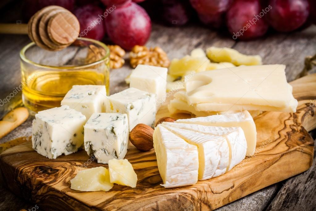 Mix Cheese: Emmental, Camembert, Parmesan, blue cheese, bread sticks, walnuts, hazelnuts, honey, grapes