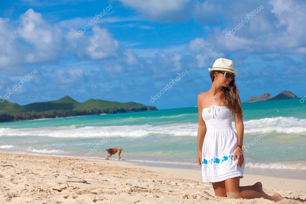 Matrimonio Sulla Spiaggia Alle Hawaii : Divertimento sulla spiaggia di waimanalo donna felice