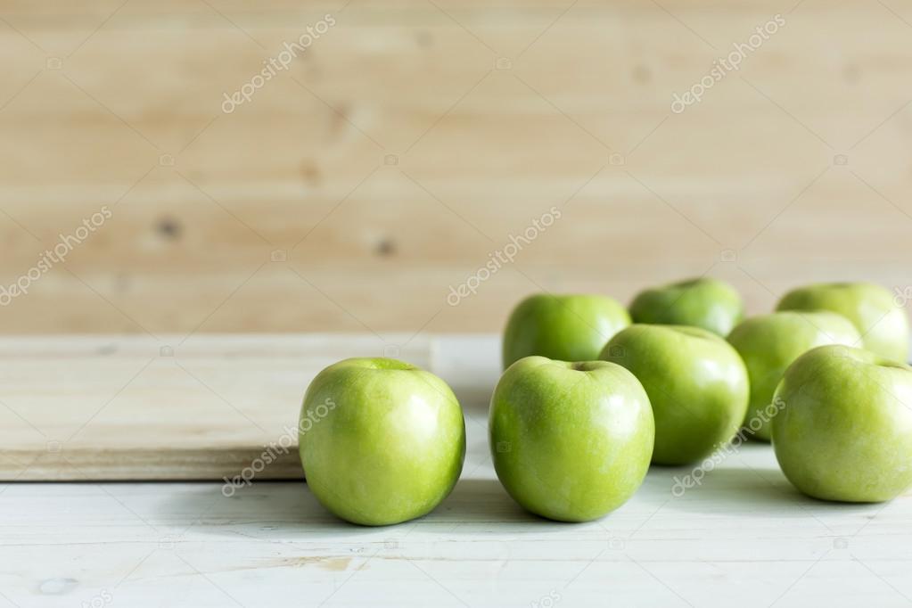 Manzanas de color verde en la tabla — Foto de stock © kittimages ...