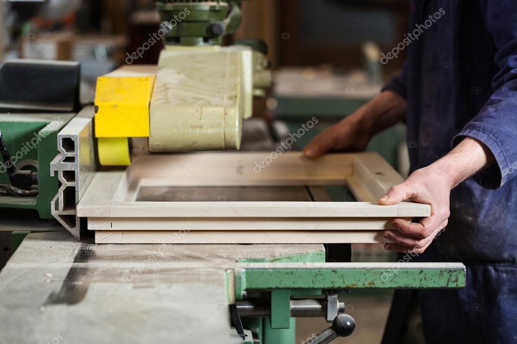 Carpenters Hände schneiden hölzernen Fensterrahmen — Stockfoto ...