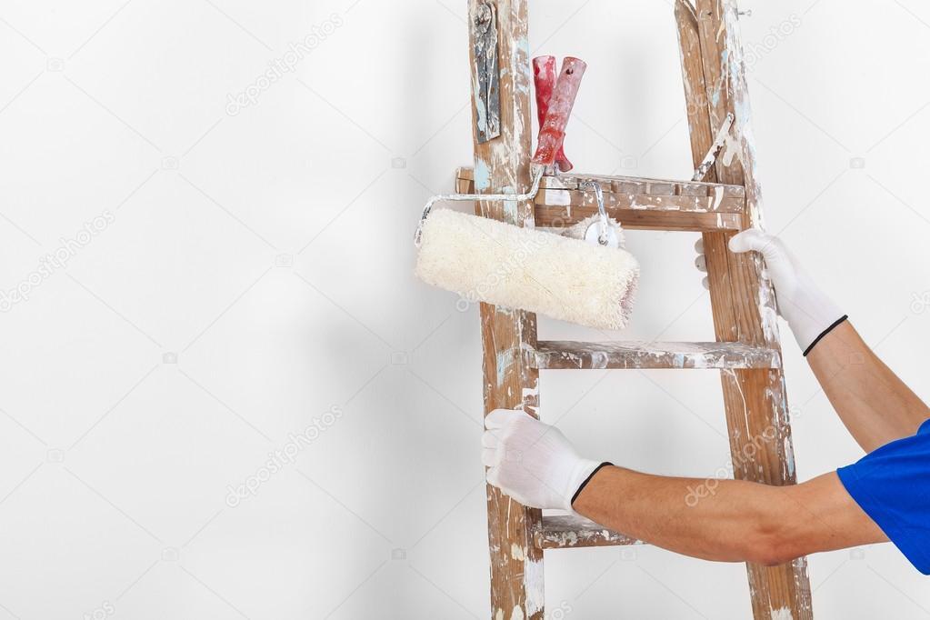 peintre avec rouleaux peindre et chelle en bois photographie alessandroguerr 108619282. Black Bedroom Furniture Sets. Home Design Ideas