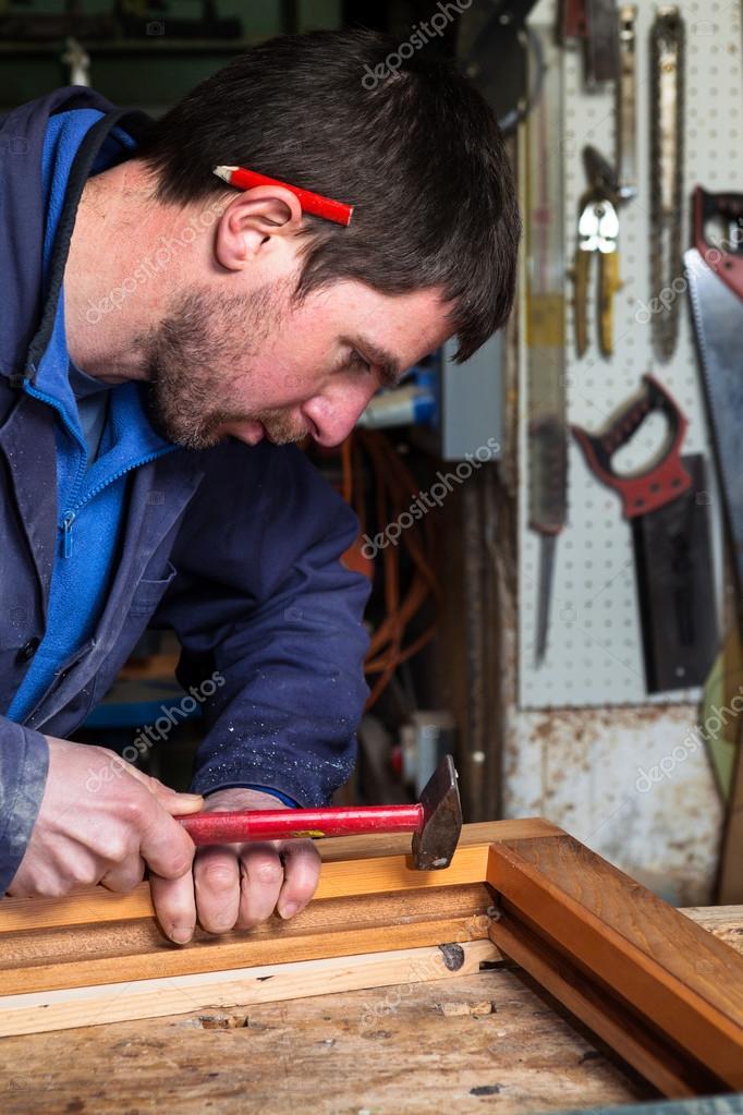 Tischler arbeiten auf einem Holzrahmen Fenster in seiner Werkstatt ...