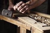 Fotografie Tesař ruce práce s dlátem a kladivem