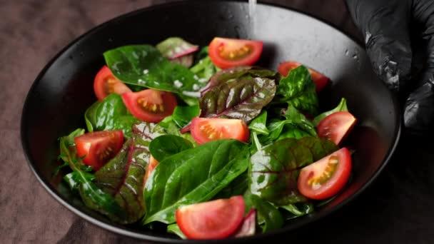 čerstvý salát s rajčaty, rukolou, špenátem, sýrovým parmezánem zblízka. koncepce zdravého životního stylu