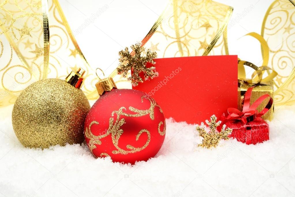 Kerstdecoraties Met Rood : Gouden en rood kerstdecoratie op sneeuw met wenst kaart