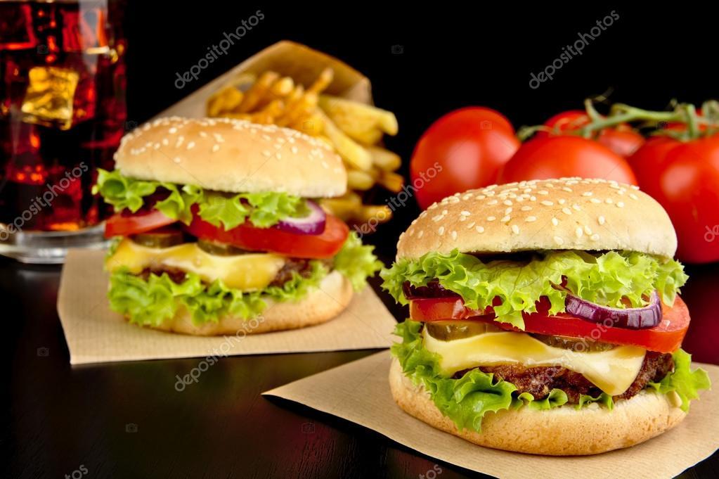 Cheeseburgers frites français sur un bureau en bois noir