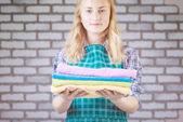 helles Bild von schönen Hausfrau mit Handtüchern
