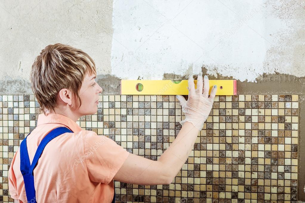 Mozaiek Tegels Plaatsen : Keramische tegels van het mozaïek leggen gele lijn niveau