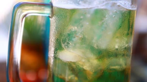 Pivní bubliny s ledem ve skle