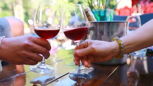 Přiťuknete víno a nápoje