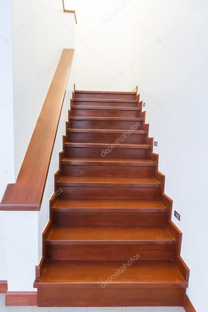 Escaleras de madera interior casa escalera interior de madera de la casa nueva foto de stock - Escaleras de madera interior ...