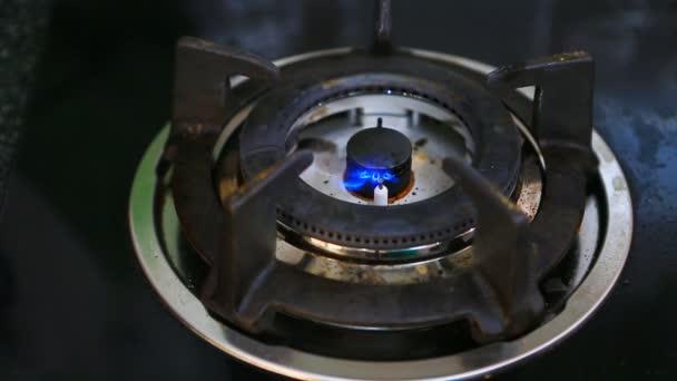 Plyn z kamen na plyn v kuchyni