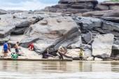 Místní rybář loví ryby v řece khong