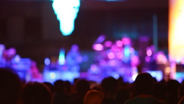 sziluettjét koncert-színpad előtt