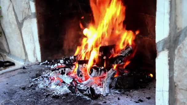 hořící dřevo na ohniště