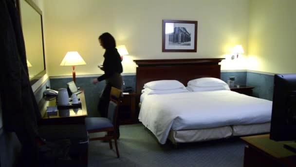 Volání v hotelovém pokoji