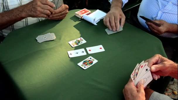 Senioren spielen Scopa, italienische Kartenspiel