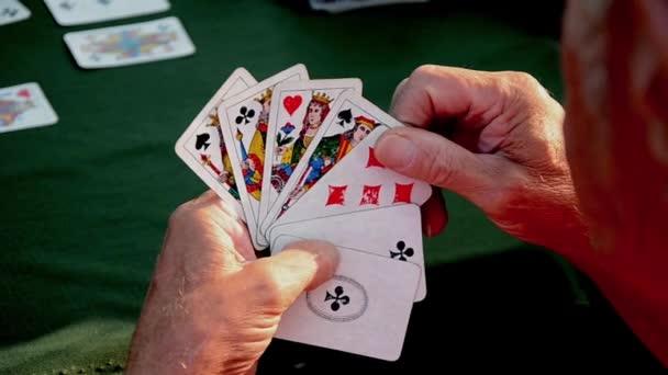 Člověk čeká na jeho zapnutí hrací karty