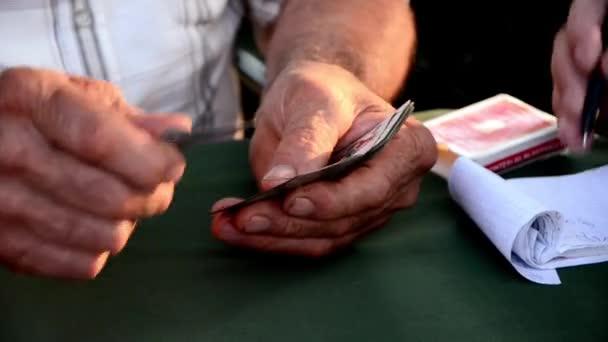 Muž počítání karet