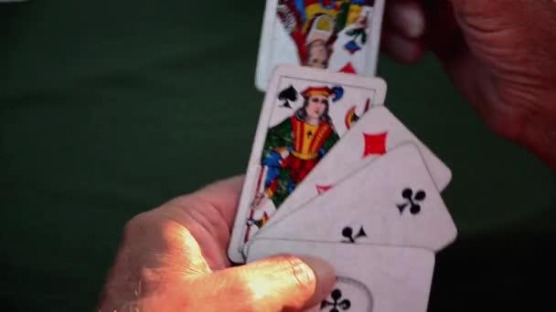 Muž zahodí kartu