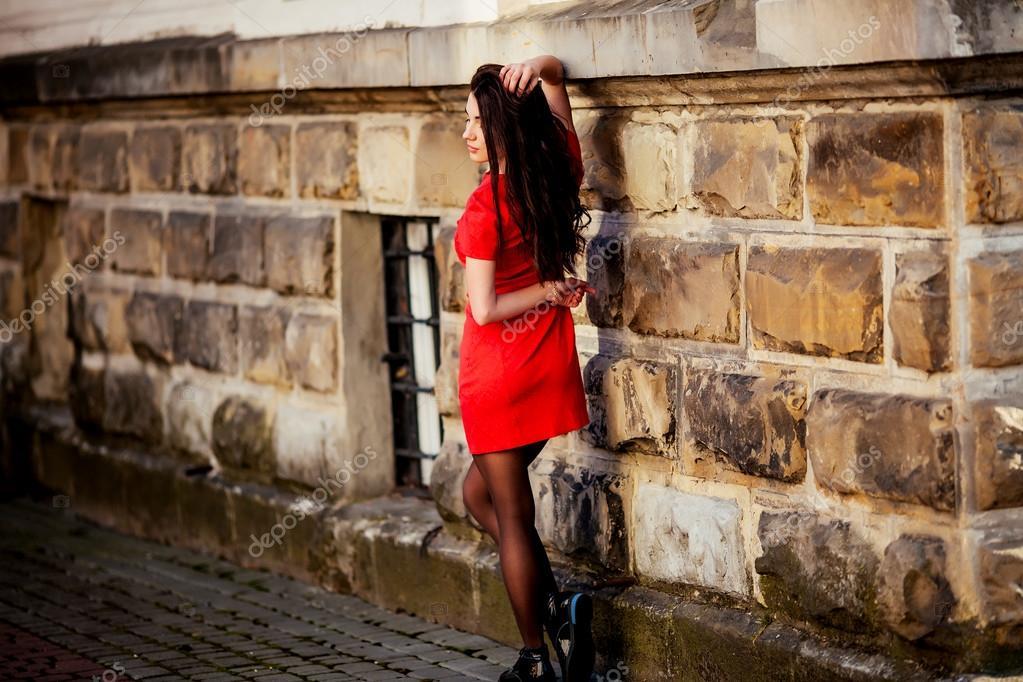 en hacia rojo Mujer mirando largo atrás vestido el UxOOw8