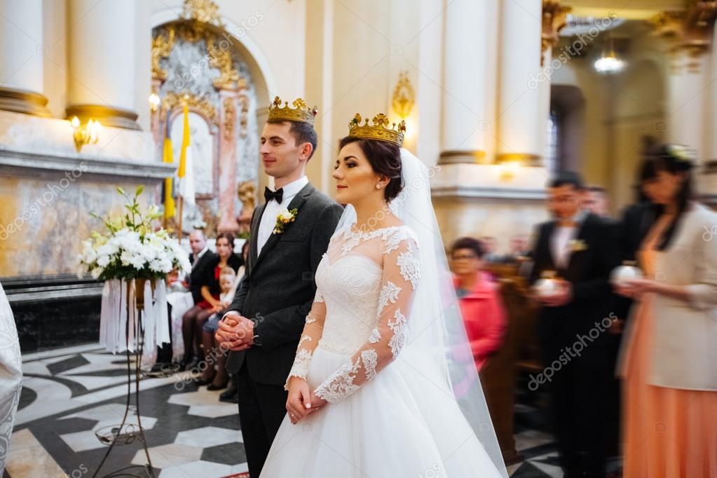 Matrimonio Catolico Sin Registrar : Novios saliendo de la iglesia después una ceremonia