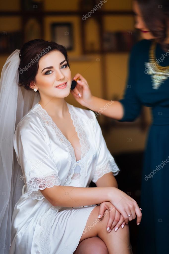 9b050dfdedfbb8 Красива наречена Весільний макіяж і фігурних зачіска. Стиліст ...