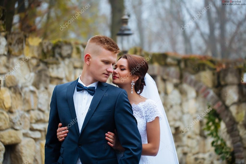 c10427612 Novia y el novio en el día de la boda al aire libre. Recién casados hombre  y mujer. Pareja feliz en el día de la boda — Foto de ...