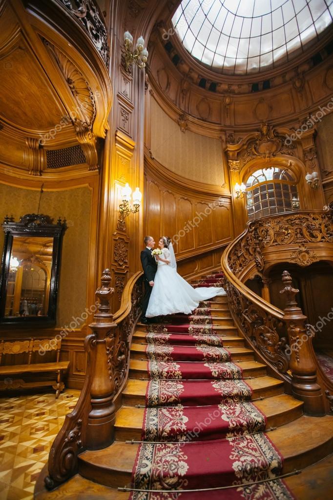 Pareja de boda elegantes en palacio con grandes escaleras - Escaleras antiguas de madera ...