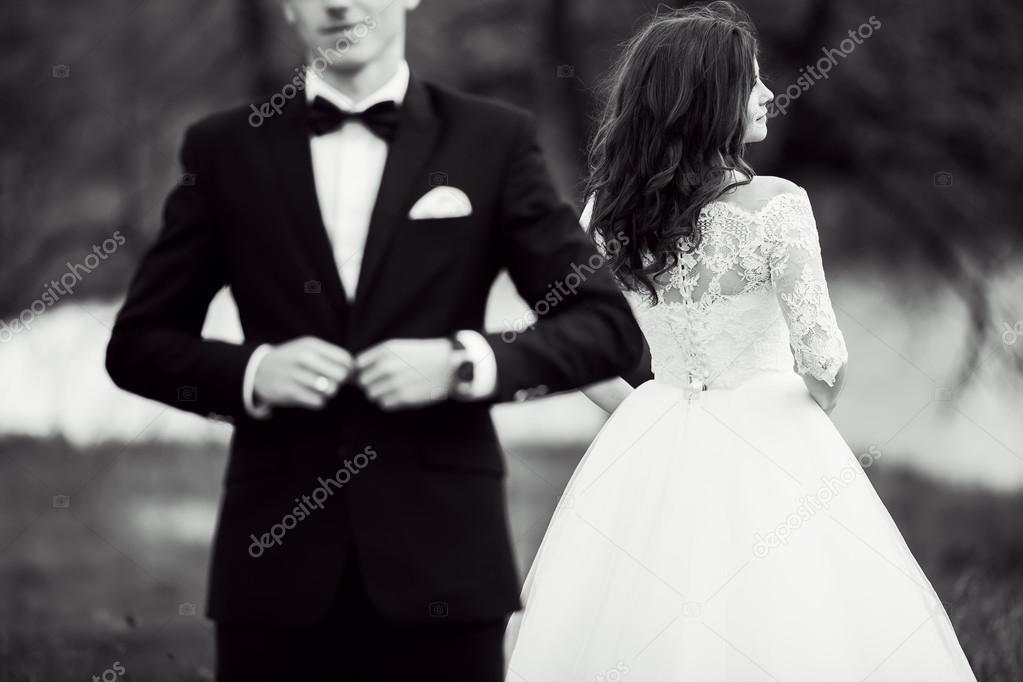 Photo de mariage en noir et blanc, couple amoureux