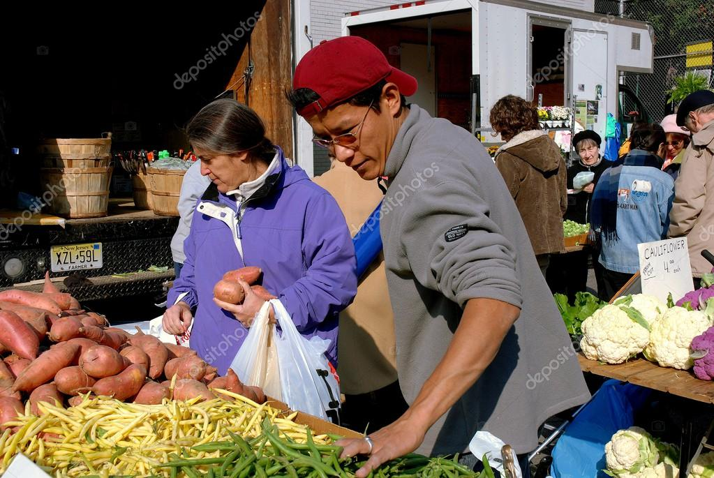 NYC: People at Farmer's Market – Stock Editorial Photo © LeeSnider