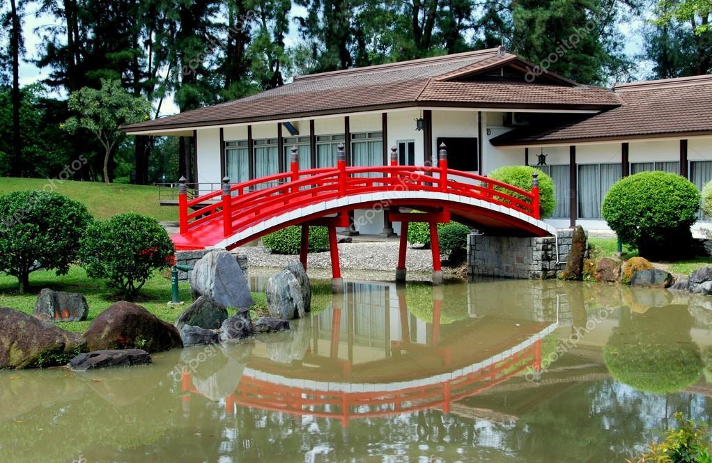 Singapour : Salon de thé et pont menant au jardin japonais — Photo ...