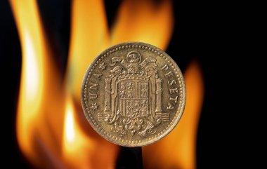Eski Peseta madeni parası Franco 'nun İspanya arması ile San Juan kartalı tarafından oluşturulan arkasında alevler olan