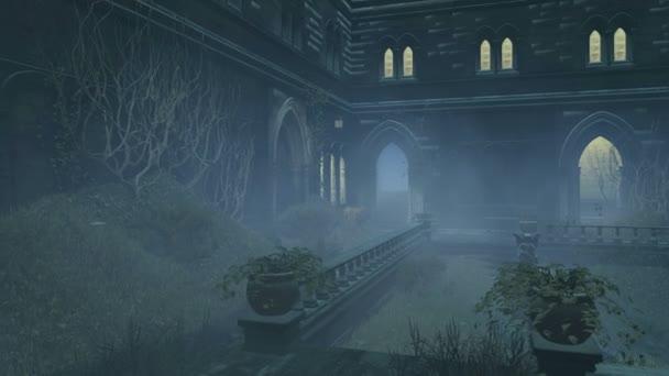 Přerostlé nádvoří staré sídlo v mlhavé noci