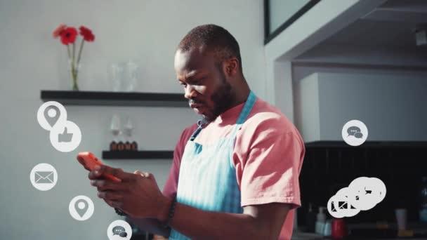 Fröhliche Afroamerikaner schöner Mann mit Handy Social Network Empfangen Viel Follower Unterstützung Internet Likes und Kommentare Freuen Popularität Cloud-Technologie.