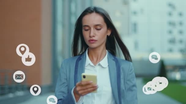 Selbstbewusste junge Geschäftsfrau aus dem Kaukasus, die auf der Straße unterwegs ist und Smartphone-Netzwerkanwendungen überprüft, um Likes, Follower und Kommentare für soziale Medien zu bekommen.