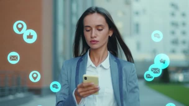 Young Beautriful Business Girl Using Mobile Phone Social Media Receiving Spousta oznámení ikony líbí a komentáře Uživatelské rozhraní Animation Technology. Koncept popularity online.