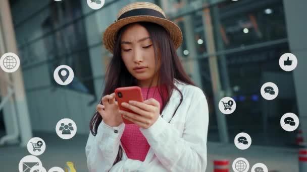 Atraktivní společenská Číňanka turistické dívky na letišti pomocí smartphone kontrolu sociální sítě aplikace připojení k internetu rozhraní. cloudová animace upozornění na internet.