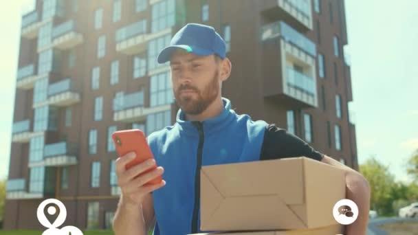 Portrét pohledný mladík doručující SMS na smartphone venkovní. Vlogger ovlivňuje kolem sociálních médií, app ikony animace hlasitě s bílým rozhraním. Zpomalený pohyb