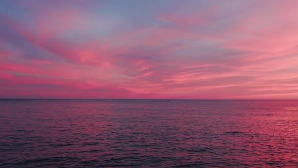 Csodálatos naplementék rózsaszín nap és csodálatos tenger. Fantasztikus természetes. Tájkép a tenger felett. Gyönyörű a kilátás. Közelről. Lassú mozgás.