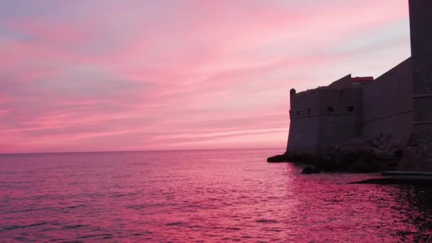 Gyönyörű naplemente rózsaszín nap és csodálatos tenger. Fantasztikus természetes. Tájkép a tenger felett. Gyönyörű a kilátás. Közelről. Lassú mozgás.